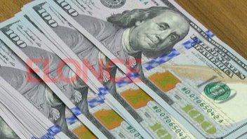 El dólar cayó 13 centavos en la semana defendido por compras de bancos oficiales
