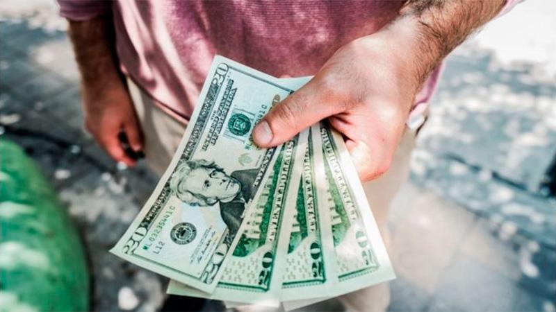 Cotización del dólar: El oficial sigue estable y el blue, baja