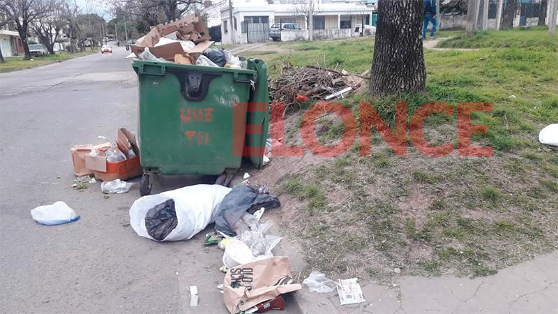 Contenedores repletos en calle Santos Domínguez