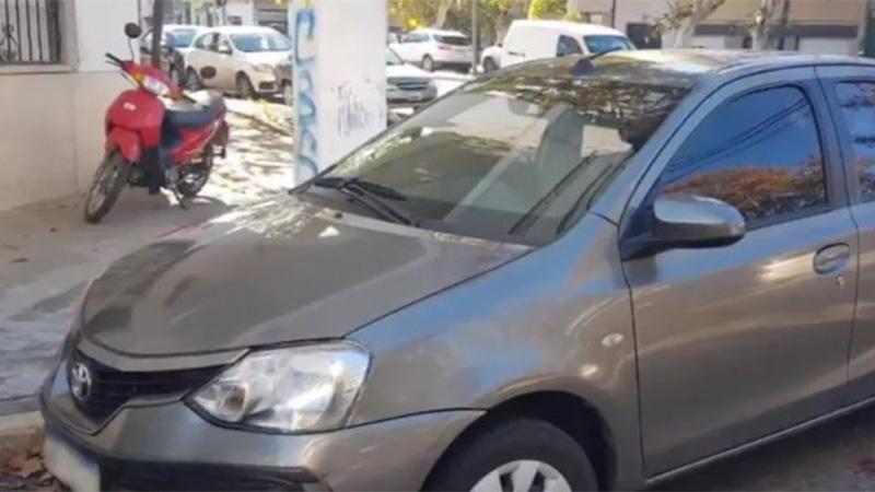 El auto robado con la grúa