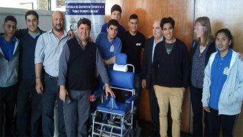 Estudiantes de Larroque fabricaron una silla bipedestadora eléctrica