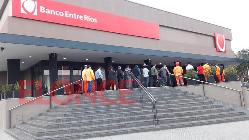 Cobran empleados provinciales y municipales: Colas en cajeros