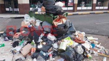 Retención de servicios de municipales: Montañas de basura en el centro de Paraná