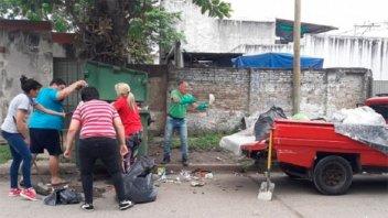 Ante la falta de recolección, vecinos se organizaron para levantar los residuos