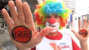 Emblema de solidaridad: Plim Plim, el payaso que suma pañales en Once por Todos