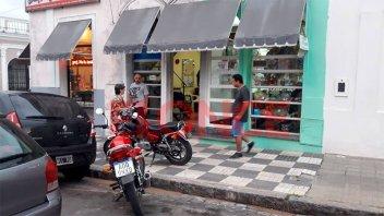 Asaltaron una cadetería y se fugaron en la moto de uno de los trabajadores