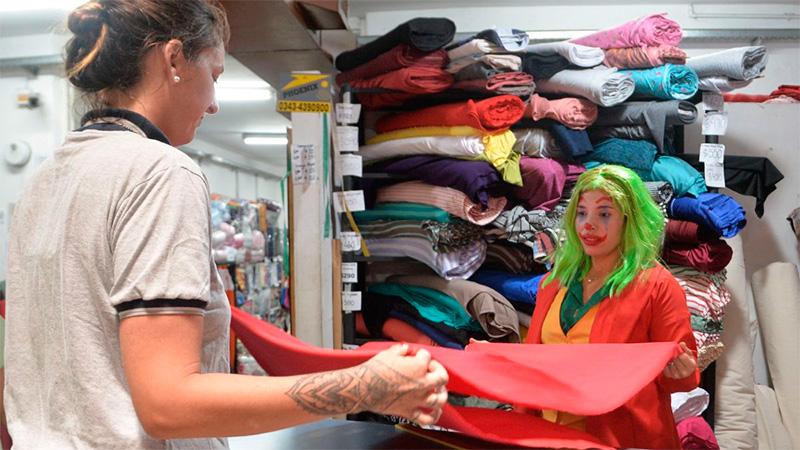 Los comerciantes se suman con disfraces.