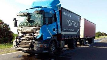 Un camión chocó desde atrás a otro en la ruta