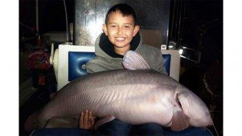 Un niño atrapó un enorme pez gato de 19 kilos