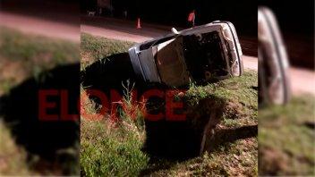 Conductor dio marcha atrás con su auto y cayó en una alcantarilla