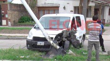 Conductor destrozó su camioneta al chocarla contra un poste de alumbrado público