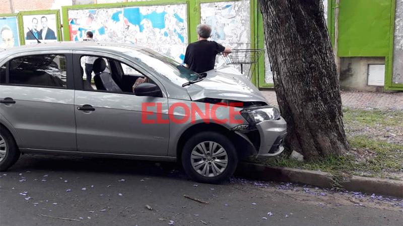 Conductor se descompensó al volante y chocó contra un árbol en calle La Rioja