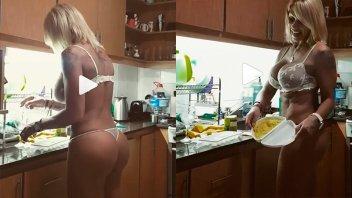 El video ratonero de Mónica Farro en ropa interior en la cocina
