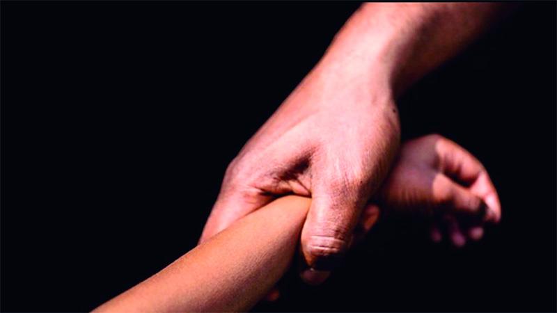 Llevaba a su hijastra de 6 años a la escuela y la violaba