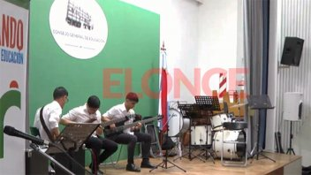 Cierre de talleres a pura música con la escuela a cargo del maestro Jurasek