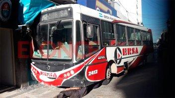 Un colectivo terminó contra un local comercial en el centro de Paraná: Imágenes