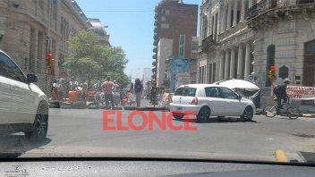 Ex contratados cortan media calzada de la calle frente al Municipio de Paraná
