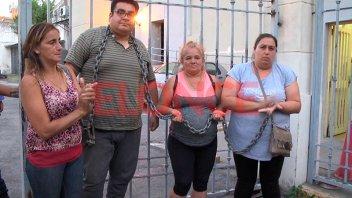Ex contratados se desencadenaron y continuarán con el acampe frente al municipio