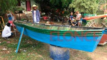 Pintan embarcaciones de pescadores con diseños