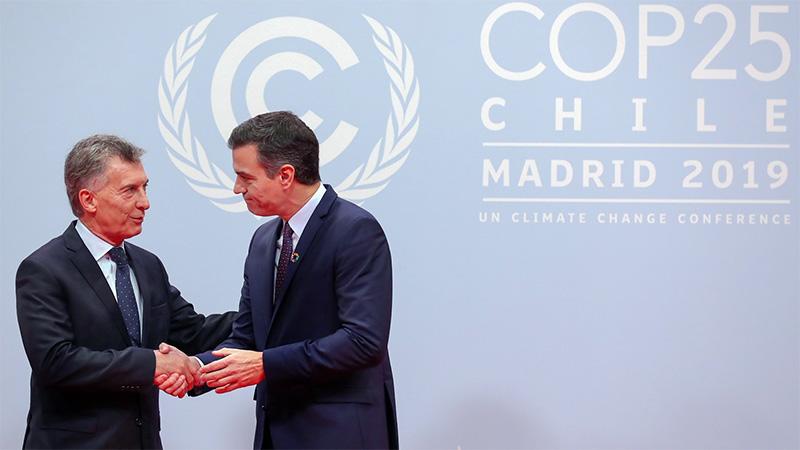 Macri al ser recibido hoy por su par de España, Pedro Sánchez