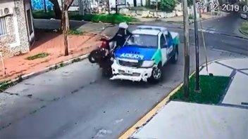 Videos: Delincuente murió al chocar en moto robada contra un patrullero