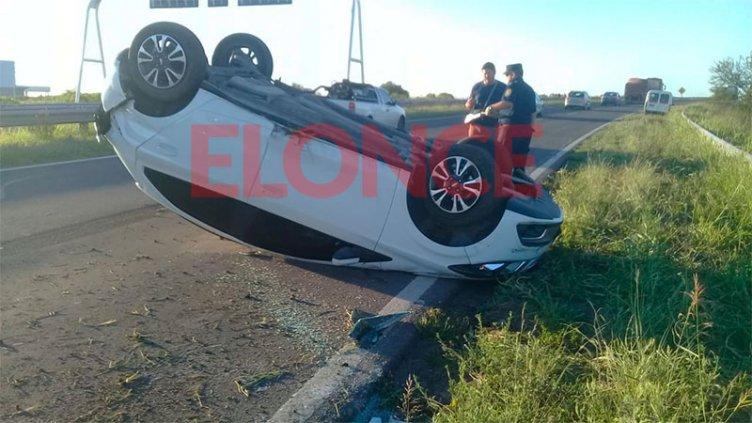 Perdió el control del auto y volcó: quedó en la ruta con las ruedas hacia arriba