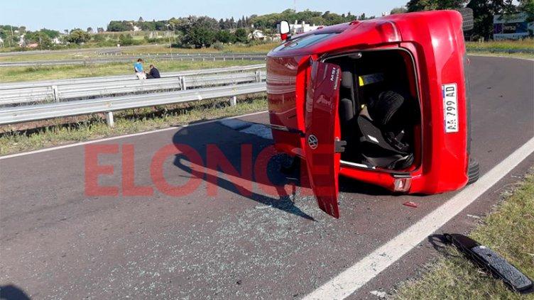 Conductor perdió el control del auto y volcó sobre el Acceso Norte a Paraná