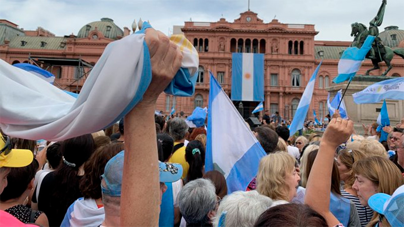 Macri se despide del poder con la marcha