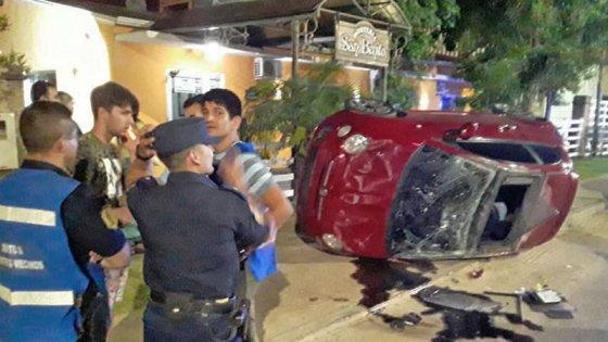 Violento vuelco: auto derrapó y recorrió varios metros con ruedas hacia arriba