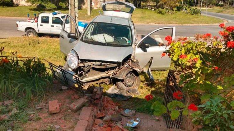 Volvía de Villa Urquiza a Paraná, se distrajo con el celular y chocó un tapial