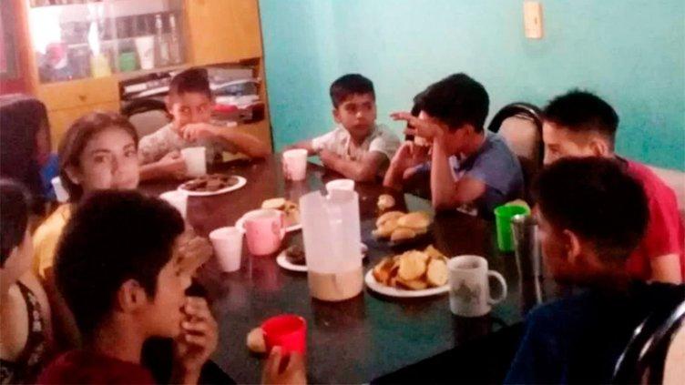 Niño de 10 años abrió un comedor en su casa para ayudar a sus amiguitos
