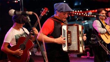 El folclore solidario: Monchito Merlo tocó en el escenario de Once por Todos