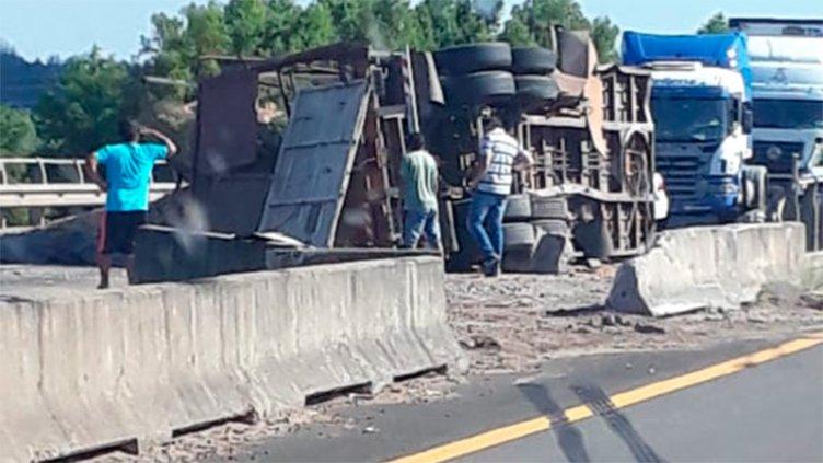 Fotos: Impresionante vuelco de un camión con acoplado en la Autovía 14