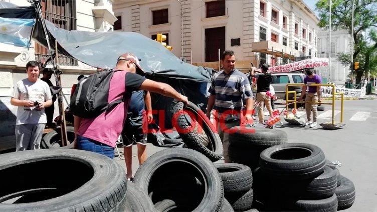 Ex contratados levantaron el acampe frente a la Municipalidad tras tres semanas