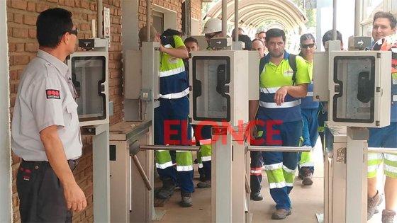 La alegría de los trabajadores de una maderera al reincorporarse a sus puestos