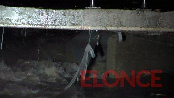 Cayó con su auto al arroyo: La lluvia y el caudal del agua complican el rescate