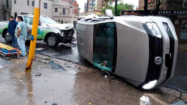 Fuerte choque entre dos camionetas en Paraná: Una terminó volcada