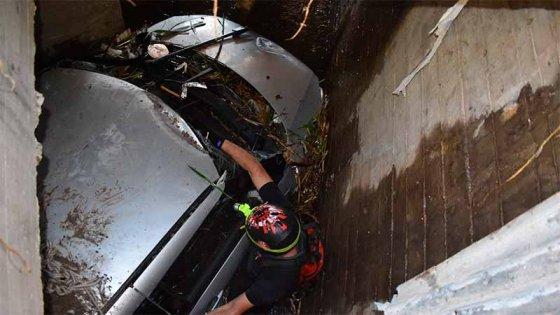 Desde adentro del entubado: Secuencia de fotos del rescate del auto de Fiorella